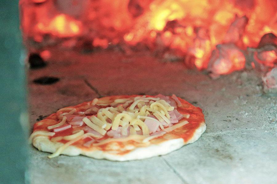 釜でピザ焼き